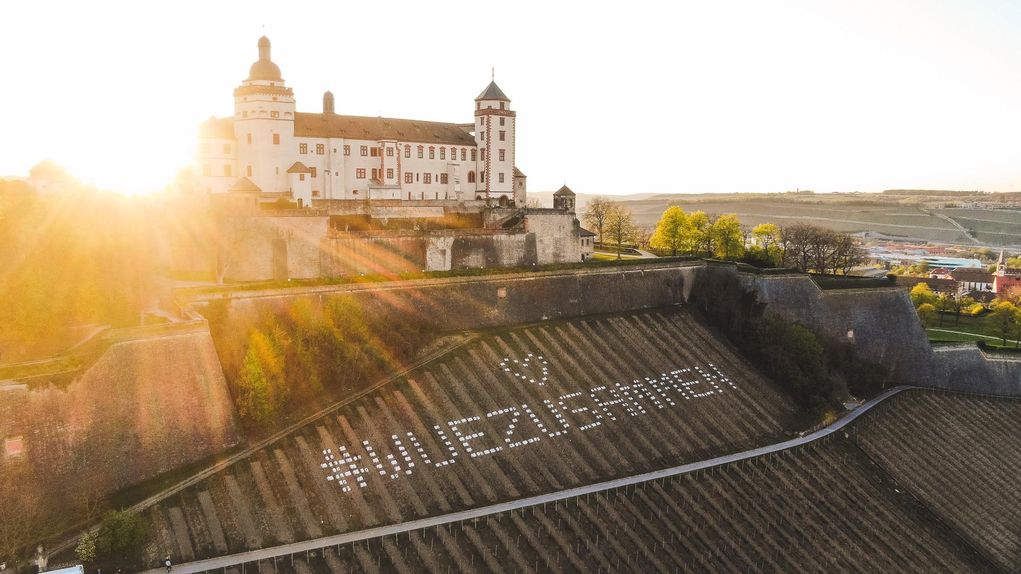 Botschaft #WUEZUSAMMEN hat als großflächige Lichtinstallation den Schlossberg und die Würzburger zum Strahlen gebracht
